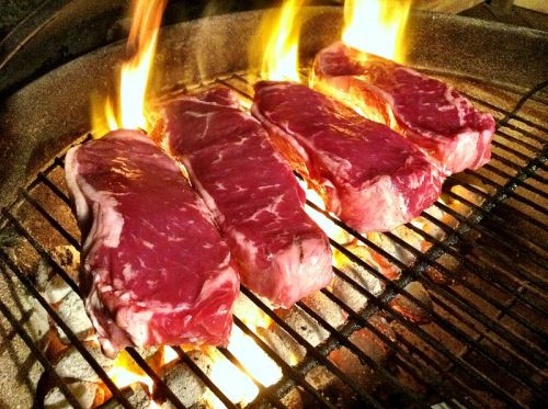 800px-Grilling_Steaks